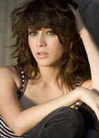 Lizzy Caplan bio picture