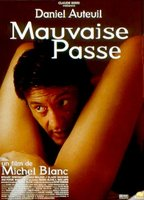 Alice Evans as Sue in Mauvaise passe